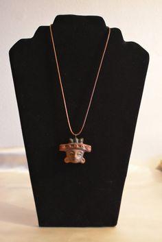Collier, pendentif de céramique, visage aztèque du Mexique. Deux modèles au choix : cordon marron réglable ou cordon rigide noir raz du cou de 46