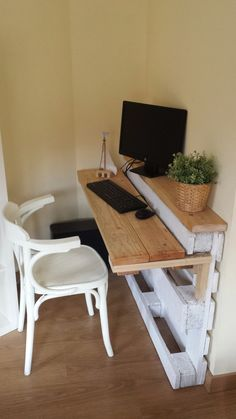 Palette turned into a sleek, simple desk - the best, the most simple and useful DIYO use of a palette I've seen on Pinterest. Very clever. Too bad, I don't need a desk..