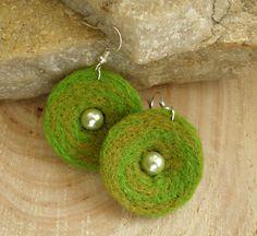 zelenkavé kalíšky dve farby zelenej, ručne plstené náušničky kalíšky, uprostred korálka sklo perleť, originálny dizajn náušničiek z vlastne tvorby, nádherná zelená,