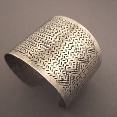 "Silver, Golden triangle  Description     The women ""Lahu"", ""Akha"", and ""Liu"" wear this kind of cuff whose design almost always refers to the world of fish and their fish bones…  Weight:62,70gr  height:2,04inch  diameter:Int : 2,36 adaptable"