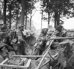 Troops from the British Airborne Division take cover in a shell hole outside of Arnhem, during Operation Market Garden. Near Arnhem, the Netherlands. Gi Joe, Battle Of Iwo Jima, Operation Market Garden, Parachute Regiment, Vietnam War Photos, Military Operations, Paratrooper, Military History, Fotografia