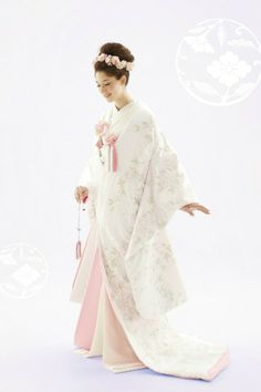 Cool Creative Japanese Wedding Dress Ideas For Your Inspiration To Try Japanese Wedding Kimono, Japanese Kimono, Japanese Fashion, Traditional Kimono, Traditional Fashion, Traditional Outfits, Mode Kimono, Oriental Dress, Japanese Costume