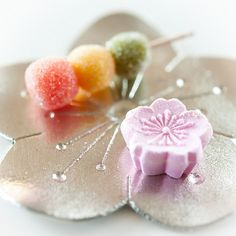 Japanese sweets ~ cute and delicious. Japanese Treats, Japanese Food Art, Japanese Cake, Japanese Desserts, Wagashi Japonais, Desserts Japonais, Japanese Wagashi, Chocolates, Asian Desserts