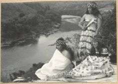 Three women wearing cloaks and taniko headbands sitting and standing on a flax mat above the Whanganui River. Polynesian People, Maori People, Maori Designs, Nz Art, Maori Art, Reference Images, Anthropology, Old Photos, New Zealand