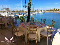 Boda a la orilla del puerto con decoración dorada y rosa en Mazatlan