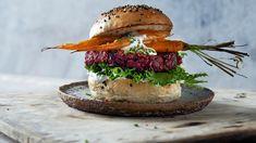 En fargesterk burger med masse smak! Salmon Burgers, Hamburger, Protein, Ethnic Recipes, Den, Food, Immune System, Salmon Patties, Eten
