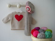 Jersey de corazón con conjunto de bufanda y gorro gris.