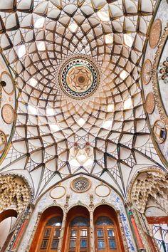 Imagem retrata o domo da Casa Boroujerdi, construída em 1857 para a noiva de um rico mercador. Três torres de 40 metros de altura ajudam a resfriar a casa, em Kashan, no Irã