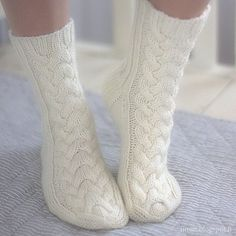 Warm home socks worked in aran weight sock wool are embellished with a beautiful cable stitch pattern! Intarsia Knitting, Diy Crochet And Knitting, Knitting Stiches, Crochet Socks, Knitted Slippers, Knitting Socks, Baby Knitting, Knitting Patterns, Winter Socks