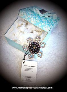 www.mamanopuedoparardecrear.com Y una vez los Reyes Magos paren por Monzón ( Huesca ), harán entrega de este Broche Joya que he realizado por encargo, llenito de perlas naturales de color gris ( 36 perlas ), y de color negro ( 18 perlas ), un Swarovski de crystal tornasolado como detalle central, que pedazo regalo!!!!
