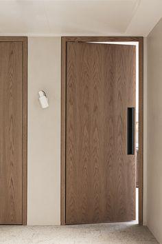 Creative studio specialized in interiors based in Barcelona. Minimalist Interior, Modern Interior, Interior Architecture, Interior Door Styles, Door Design Interior, Bedroom Door Design, Bedroom Doors, Porte Design, Modern Door