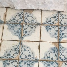 Wonderful Absolutely Free old Fireplace Tile Concepts The time for anyone exposed bricks framing your fireplace, making use of their pocked faces and rust Fireplace Tile Surround, Brick Fireplace Makeover, Old Fireplace, Fireplace Surrounds, Fireplaces, Fire Surround, Modern Fireplace, Kitchen Tiles, Kitchen Flooring