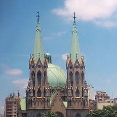 Catedral da Sé um dos lugares mais lindos de São Paulo vista da @caixaculturalsp . A foto é minha com o maior orgulho! Não deixem de explorar esta cidade cheia de tesouros e encantos! A maioria de graça! Aqui no meu insta tem muitas dicas é só explorar meu feed! Amo morar aqui!  #verokraemer #splovers #amosp #catedraldasé #praçadasé #caixaculturalsp