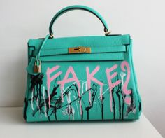 Aprenda a customizar sua bolsa http://vilamulher.com.br/moda/acessorios/e-hora-de-renovar-aprenda-a-customizar-sua-bolsa-de-grife-14-1-34-318.html #bag #craft #diy
