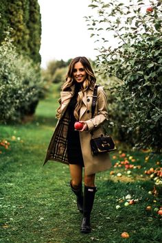 Friday Favourites: Pumpkin Waffles Fall Apple picking in a Burberry trench coat and black Hunter boots Hunter Boots Outfit, Black Hunter Boots, Hunter Boots Fashion, Hunter Winter Boots, Black Boots, Black Suede, Autumn Boots, Timberland Fashion, Long Boots