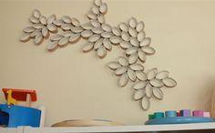 Decora tu pared utilizando tubos de papel higiénico.