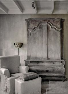 ♅ Dove Gray Home Decor ♅ Uitnodiging Seizoen & Stijl ON ROUTE love this piece of furniture Grey Home Decor, Vintage Home Decor, Cosy Home, Belgian Style, Wabi Sabi, Sober, Interior Exterior, Beautiful Interiors, Painted Furniture