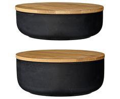Bewahren Sie Müsli, Reis oder Nüsse ab sofort im stilvollen Schüssel-Set COMBS auf. Sie können es immer wieder nachfüllen, mit dem Deckel aus Bambus verschließen und die Pappverpackungen aus dem Supermarkt gleich entsorgen. So haben Sie in Ihren Schubladen Platz für Neues, denn diese schwarzen Schüsseln werden nicht mehr im Küchenschrank versteckt.