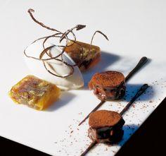 encerradito de chocolate con helado de pimienta de Jamaica y raviolis de piña y mascabado. El Bulli