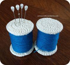 crocheted spool pin cushion - tutorial and free pattern  www.carinascrafts.wordpress.com