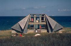 Dans les années 1960, l'architecte designer Andrew Geller a le vent en poupe : il vient de révolutionner la côte Est américaine avec ses singulières maisons de plage. © 2015 by Jake Gorst / Glitterati