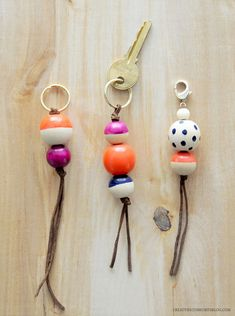 DIY Key Fobs Bag Charms – A Darby Smart Challenge something else to do with nail polish. and wooden beads Clé Fob, Diy Projects To Try, Craft Projects, Craft Ideas, Diy Gifts, Handmade Gifts, Oyin Handmade, Food Gifts, Handmade Pottery