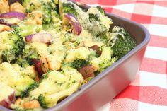 Ik blijf het toch ideaal vinden die ovenschotels! Je kunt ze goed voorbereiden (vaak al de dag van tevoren) en terwijl ze in de oven staan kun je gelijk alle rommel opruimen.Als je dan gegeten hebt hoef je alleen de vaatwasser nog maar in te ruimen en klaar is Kees. De combinatie van broccoli en …