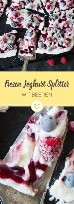 Ein eiskalter Sommerkuss vom Backblech: Eine Platte aus gefrorenem Joghurt, durchzogen mit süßer Konfitüre und belegt mit fruchtigen Beeren.