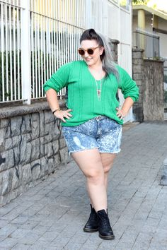 short-jeans-plus-size-e-coturno-1 acid wash shorts, boots, teal green sweater
