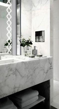 grand miroir salle de bain lumineux avec des losanges décoratifs blancs sur les cotés