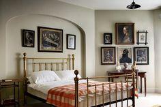 Mix de quadros no quarto de casal.  Fotografia: Reprodução…