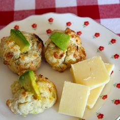 Cheddar and Onion Biscuit Bites with Avocado | Mimi Avocado