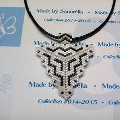 2014/034 - pendentif + cordon - style triangle - tissage  peyote - perle en noir et blanc - motif bénédicte