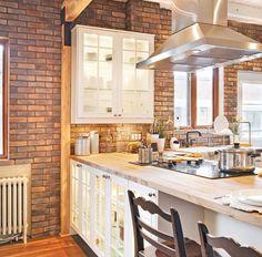 Délimitée par de grands carreauxde porcelaine de 24 po x 12 po au look ardoise,cette spacieuse cuisine en L se trouve à la confluence de deux courants. Sesaccents champêtres s'affichent sur les armoires au fini lambrissé, sur les poutresporteuses en bois et sur le mur de fausses briques. Son côté «usé» (shabby enanglais) apparaît dans les solives récupérées et repeintes en blanc du plafondainsi que dans le mobilier à l'allure victorienne de la salle à manger...