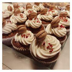 Pour les gourmands qui hésitent entre cupcakes et macarons, ici Sweetly cakes a combiné les 2 ! Cupcakes et macrons au chocolat !