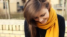 Ein Lächeln ist das schönste Accessoire eines Menschen . senfgelber Schal . happy girl. A smile is the prettiest thing you can wear. #smile #yellow #gelb #schal #winter #lastwinteroutfit #mode #fashion #lächeln #lachen #brownhair #brunette #pretty #inspiration #freude #happiness #happy #beautyful