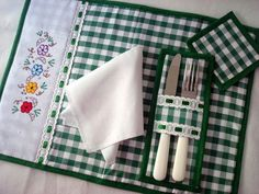 Beautiful and Easy Models to Make Sewing Hacks, Sewing Crafts, Sewing Projects, Handmade Crafts, Diy And Crafts, Place Mats Quilted, Table Runner And Placemats, Sewing Table, Mug Rugs