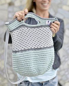 Häkeltasche Tono von MyBoshi nachhäkeln (Mix Patterns Home)MAG DIY Crochet Bag - Step-by-step guide for advanced users Then try a crochet bag! Just pick three colors – let's go!round: ⇒ crochet each stitch ⇒ 90 MiR ⇒ Attention! Crochet Diy, Bag Crochet, Diy Bags Step By Step, Step By Step Instructions, Crochet Instructions, Tutorial Crochet, Mochila Crochet, Knitting Patterns, Bag Patterns