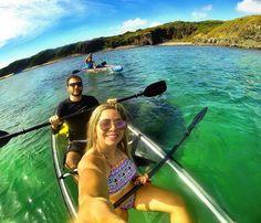 Já pensou em fazer um passeio em um Kayak todo transparente e que você pode ver o fundo do mar? Em Noronha é possível. Podemos reservar este passeio também pra você. Solicite uma cotação para nós enviarmos para o seu email ou então pelo nosso direct. Passagem hospedagem e passeios e Noronha.  Foto : @alanatelesc