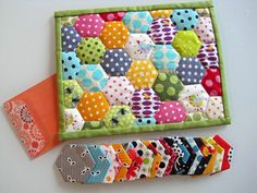 Mug Rug, if I want to try English paper piecing with hexies! Cute little project! Small Quilts, Mini Quilts, Quilting Projects, Sewing Projects, Fabric Crafts, Sewing Crafts, Fabric Postcards, Hexagon Quilt, English Paper Piecing