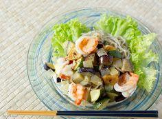 『はんど&はあと』8月号では、暑さが増すこの季節、手軽に作れて満足感たっぷりの、夏のごちそう涼麺と、何にでもある万能つけだれを紹介しています。こちらは、えびと夏野菜のグリルマリネそばと、シンガポールチキンライス風サラダパスタ。どれも箸が進みますよ!