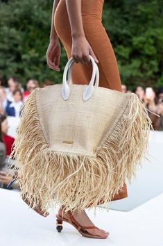 Jacquemus at Paris Fashion Week Spring 2019 - Details Runway Photos Source Bags We Want Straight From the Spring 2019 Runways Best Spring 2019 Bags On The Runway – Spring 2019 Bag TrendsFrom double bags at Chanel to oversized totes and logo b Fashion Week Paris, Spring Fashion Trends, Fashion Bags, New Fashion, Fashion Accessories, Womens Fashion, Summer Accessories, Milan Fashion, Fashion Backpack
