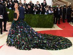 """Met Gala 2016 – """"Manus x Machina: Fashion in an Age of Technology"""". Zoe Saldana in abito con strascico tempestato di piume di Dolce&Gabbana."""