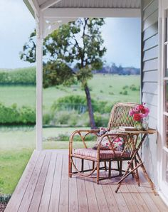 Open front porch, good book, glass of lemonade - Relaxing Summer Porches Outdoor Spaces, Outdoor Living, Outdoor Decor, Outdoor Retreat, Country Style Magazine, Magic Places, Up House, Home And Deco, Porch Swing