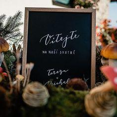 Všechny jsme přivítali na naší podzimní svatbě  #pismenazatisiceslov . . . #uvitacicedule #svatba2019 #svatebnidetaily #svatebnicedule #svatebnidekorace #krasopsani #modernikaligrafie #weddingwelcomesign #welcomesign #handlettering #weddingdetails Chalkboard Quotes, Art Quotes, Instagram