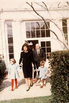 December Jackie Kennedy in black suit, holding hands with son John Jr. (R) & daughter Caroline (L), leaving the White House on their last day in residence. (Photo by Cecil Stoughton/The LIFE Images Collection via Getty Images/Getty Images) Jackie Kennedy, Jaqueline Kennedy, Carolyn Bessette Kennedy, Lee Radziwill, American Presidents, American History, Jfk Funeral, Familia Kennedy, John Junior