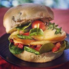 Le burger végétarien : plaisir pour tous  Pour 4 personnes  4 pains aux olives, 16 tomates cerises, 50 g de tomates confites, 1 mozzarella fumée, 1 cuillerée à soupe de tapenade, des pousses d'épinards, de l'huile d'olive, du sel et des brins de sarriette.  Lavez les tomates, coupez-les en deux, coupez la mozzarella en tranches de 0,5 cm, lavez et égouttez les feuilles d'épinards et effeuillez les brins de sarriette.  Allumez le gril du four. Coupez les pains en deux et faites-les…