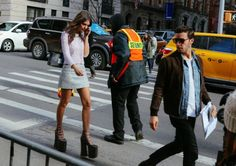 Montre pour femme : Emily Ratajkowski in Marc Jacobs shoes