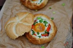 Jajka zapiekane w bułce