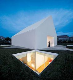 """Das """"House in Leiria"""", Portugal, hat keine Fenster. Die braucht es auch nicht, denn Einschnitte im Gebäude, ein Lichtschacht und ein Innenhof lassen genügend Licht ins Innere. Der ungewöhnliche Entwurf stammt von den portugiesischen Architektenbrüdern Manuel Rocha und De Aires Mateus."""